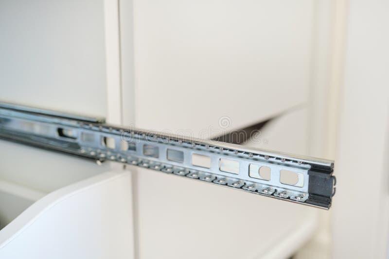 Plan rapproché de détails de meubles, installation des tiroirs dans l'armoire image stock