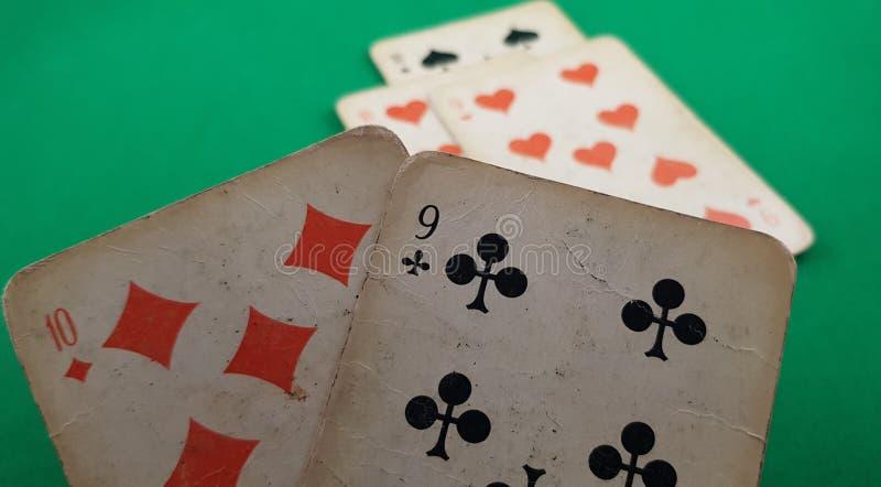 Plan rapproché de deux cartes de jeu neuf des clubs et dix des diamants photo stock