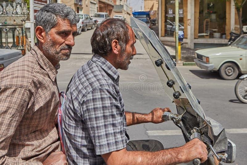 Plan rapproché de deux hommes mûrs sur une moto, Kashan, Iran photos stock