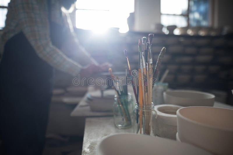 Plan rapproché de divers pinceau dans le support de crayon images libres de droits
