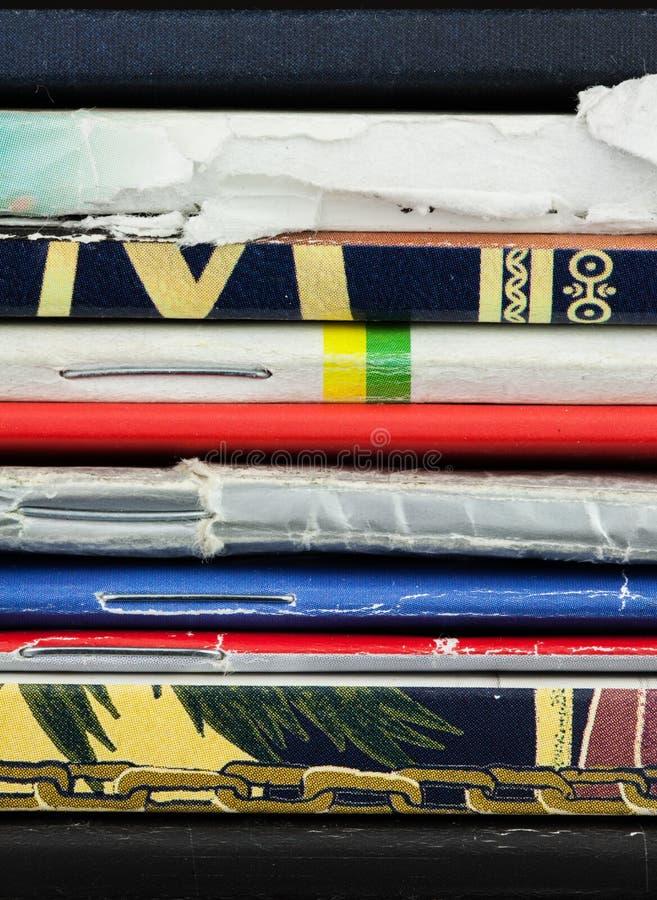 Plan rapproché de dos de la pile de vieux, en lambeaux magazines minces et carnet photos stock