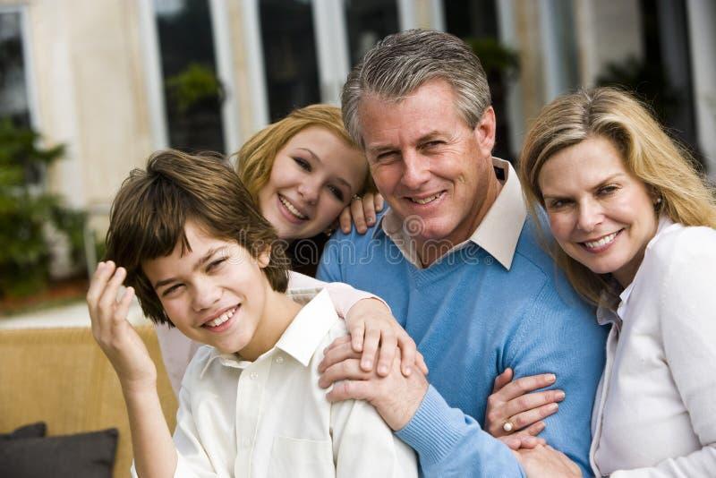 Plan rapproché de famille affectueuse photo libre de droits