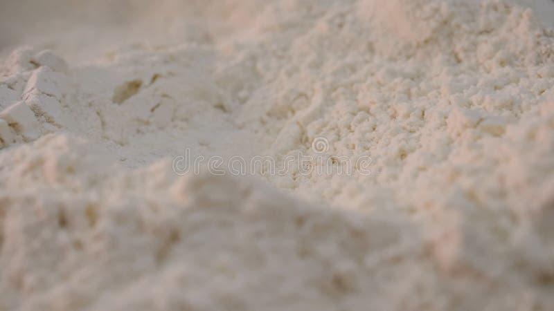 Plan rapproché de farine blanche friable Longueur courante De la farine pure blanche est filtrée avant emploi dans la préparation photos libres de droits
