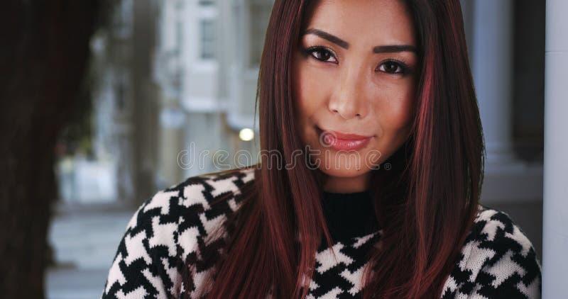 Download Plan Rapproché De Femme Asiatique Se Penchant Contre Le Mur à La Maison Photo stock - Image du asiatique, occasionnel: 77156736