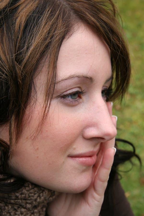 Plan rapproché de femme avec la main au visage image libre de droits