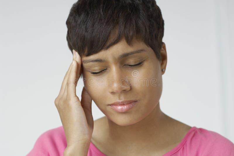 Plan rapproché de femme avec le mal de tête grave photos libres de droits