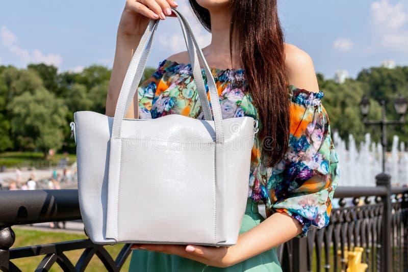 Plan rapproché de femme avec le sac à main élégant dehors Concept de mannequin Mode de rue image libre de droits