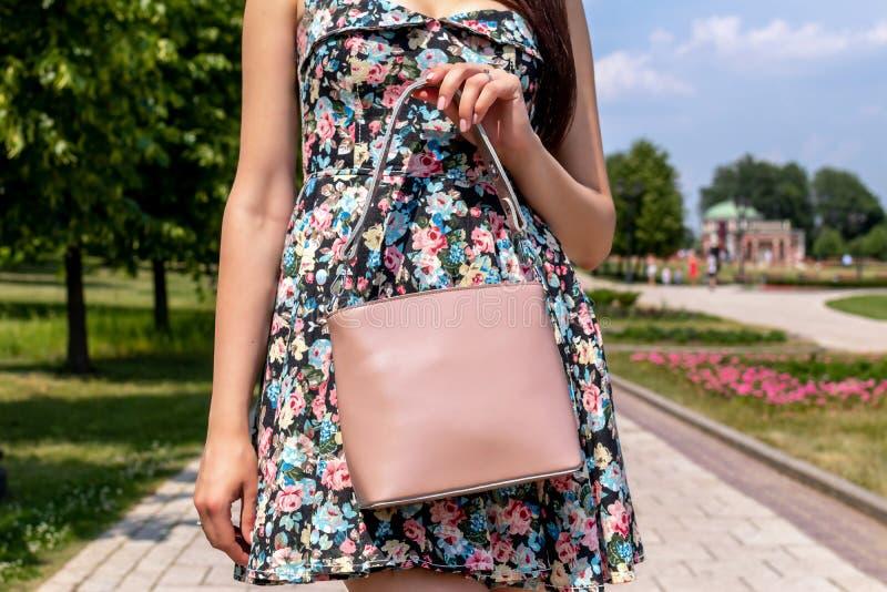 Plan rapproché de femme avec le sac à main élégant dehors Concept de mannequin Mode de rue photo stock