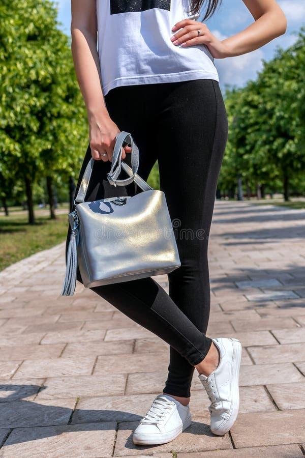 Plan rapproché de femme avec le sac à main élégant dehors Concept de mannequin Mode de rue photos stock
