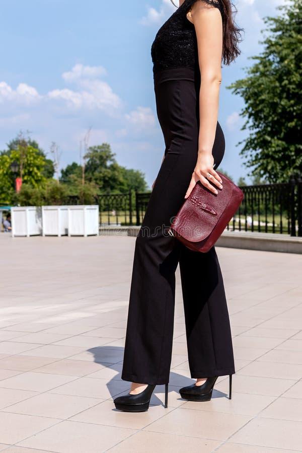 Plan rapproché de femme avec le sac à main élégant dehors Concept de mannequin Mode de rue images stock