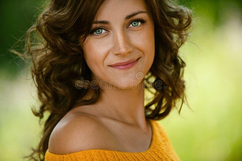 Plan rapproché de femme dans le chandail orange image stock