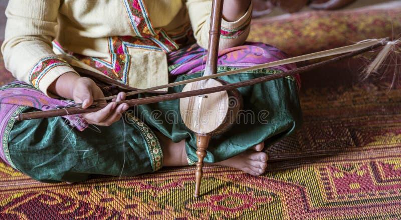 Plan rapproché de femme jouant l'instrument ficelé thaïlandais image libre de droits
