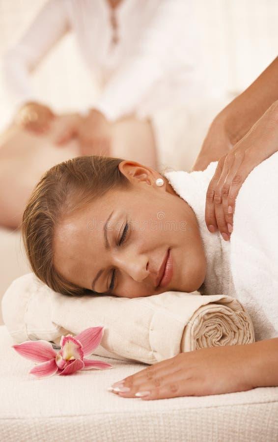 Plan rapproché de femme obtenant le massage image stock