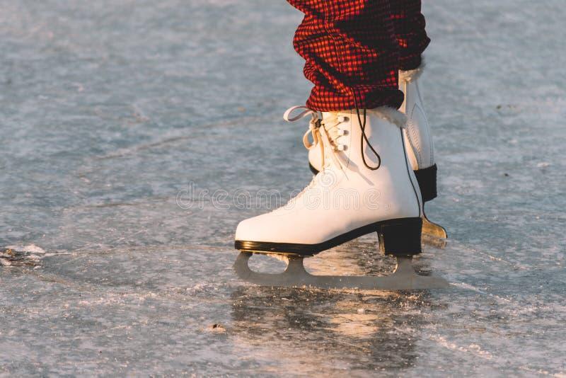 Plan rapproché de femme patinant sur la glace photos libres de droits