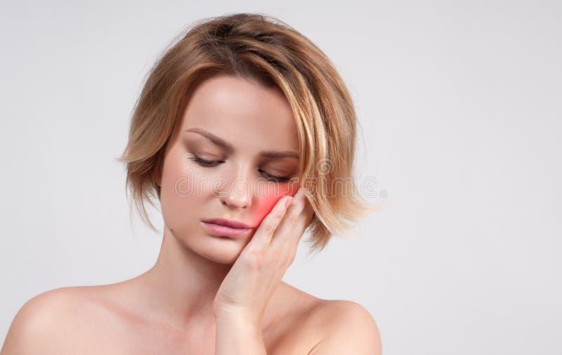 Plan rapproché de femme souffrant du mal de dents photos stock