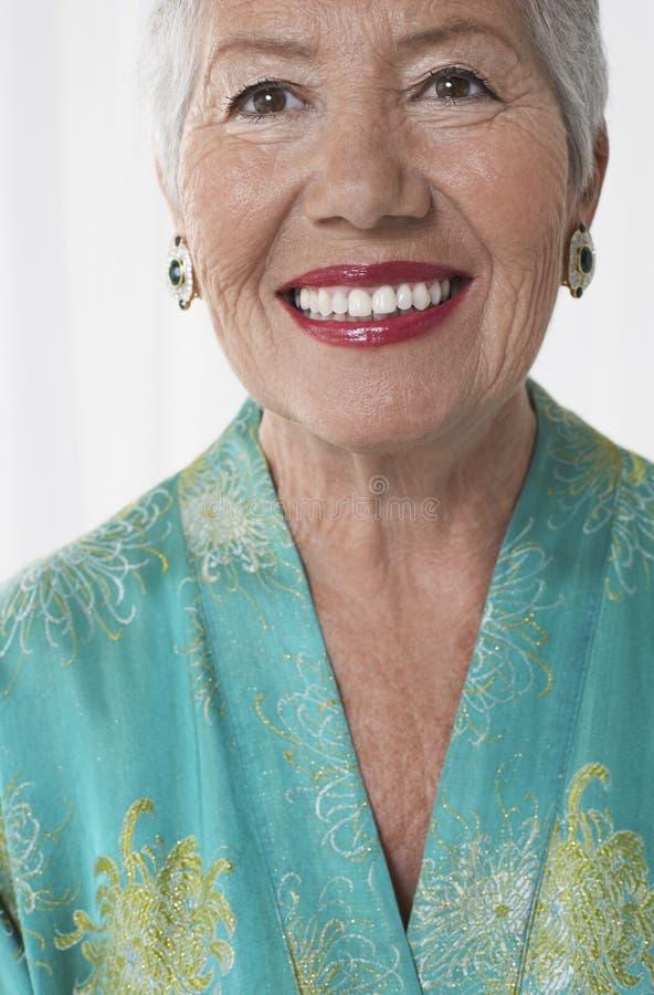 Plan rapproché de femme supérieure gaie dans le rouge à lèvres rouge images libres de droits
