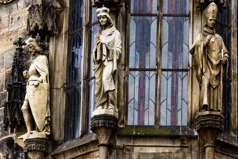 Plan rapproché de fenêtre d'hôtel de ville de Prague avec des sculptures, République Tchèque photo stock