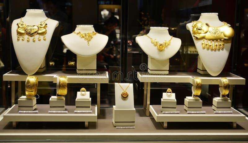 Plan rapproché de fenêtre de boutique de bijoux d'or image libre de droits