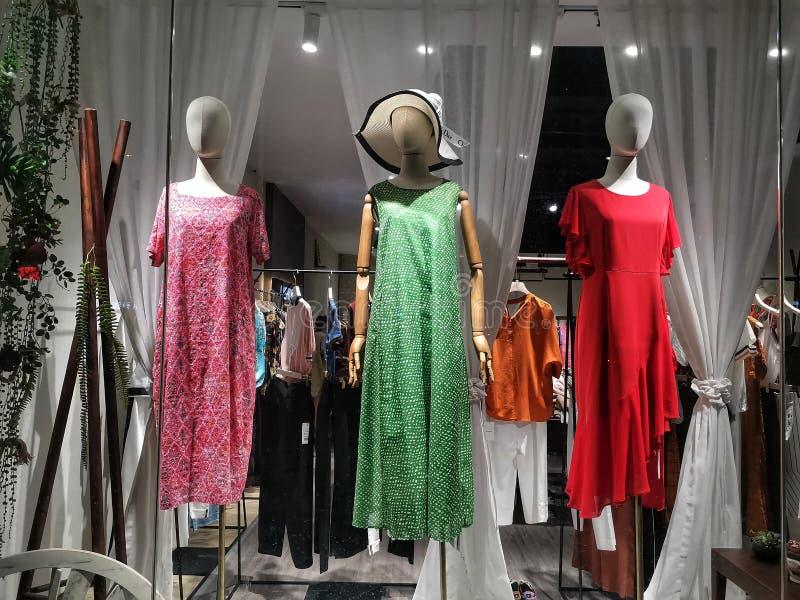 Plan rapproché de fenêtre de magasin de mode dans la ville de Wuhan photographie stock