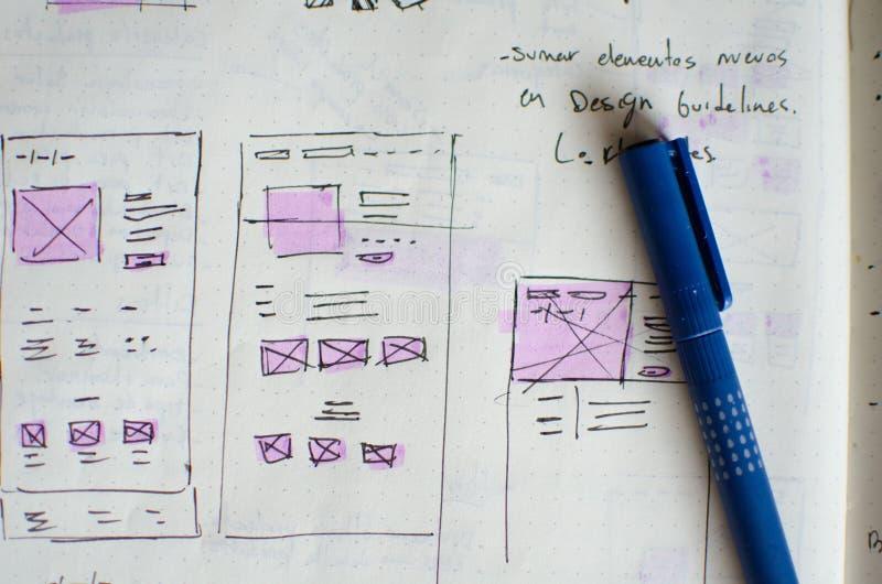 Plan rapproché de feuille d'ébauche d'UI/UX avec des secteurs accentués avec un marqueur magique image libre de droits