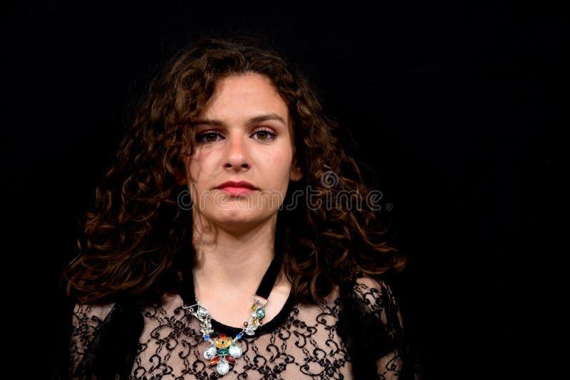 Plan rapproché de fille avec le T-shirt noir transparent de dentelle images libres de droits