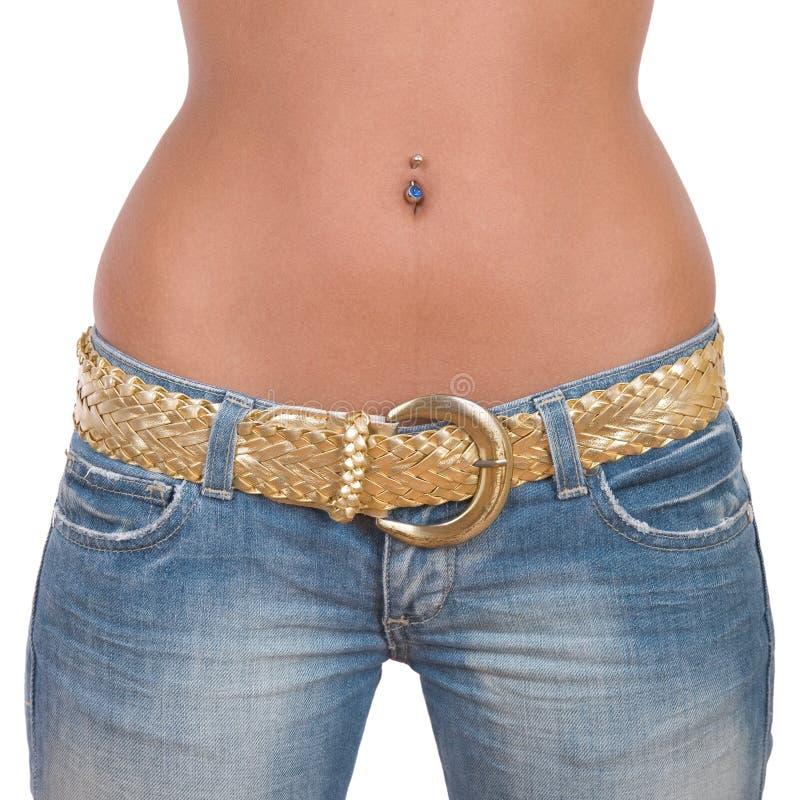Plan rapproché de fille d'ajustement dans des jeans images stock