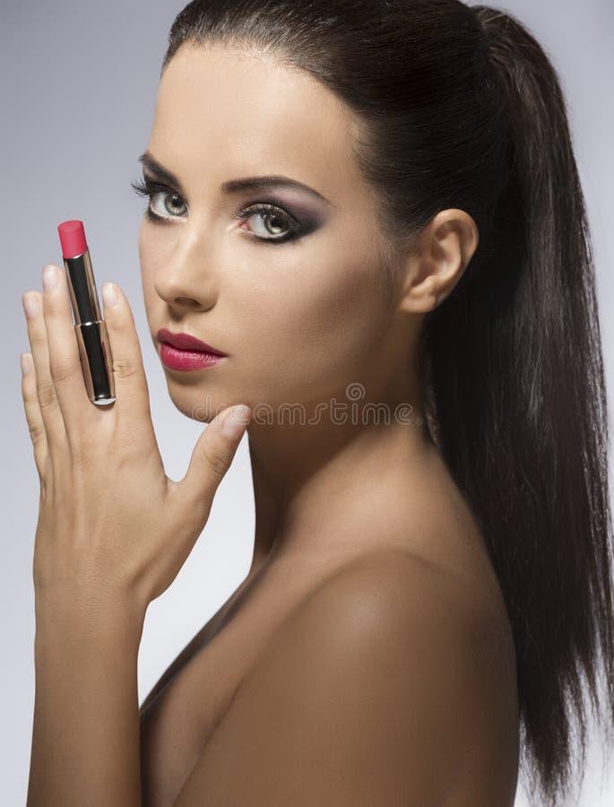 Plan rapproché de fille de beauté avec le rouge à lèvres photographie stock