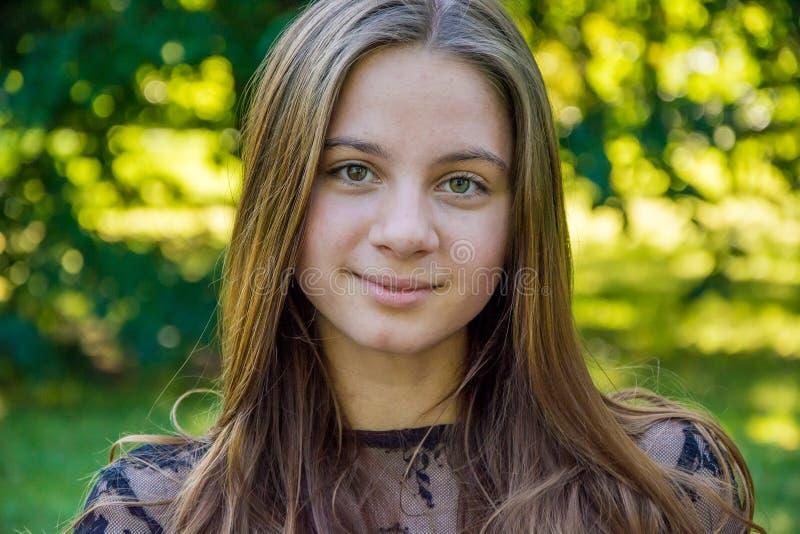 Plan rapproché de fille de l'adolescence en parc photographie stock libre de droits