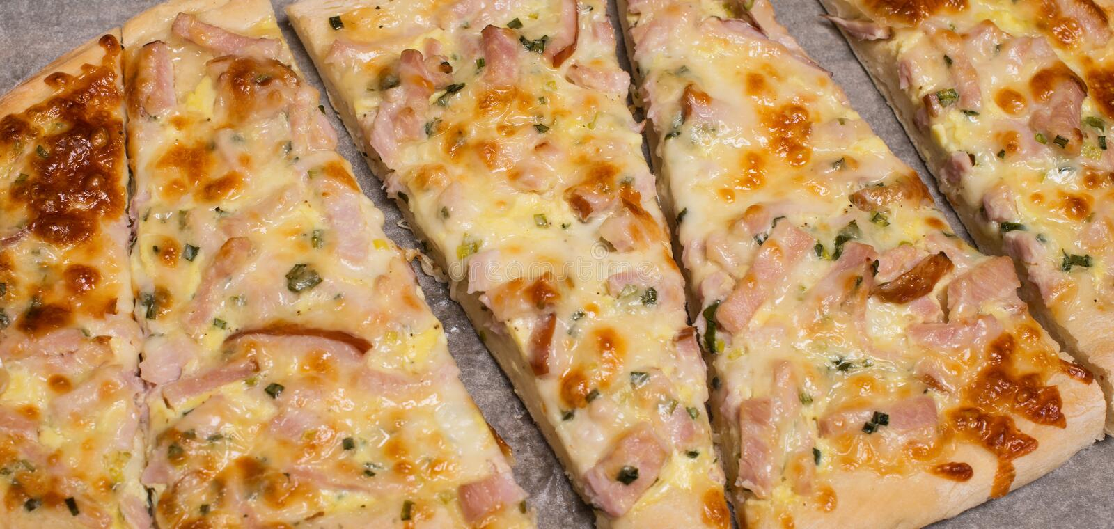 Plan rapproché de Flammkuchen ou de tarte alsacien traditionnel, Flambe au goût âpre photo stock