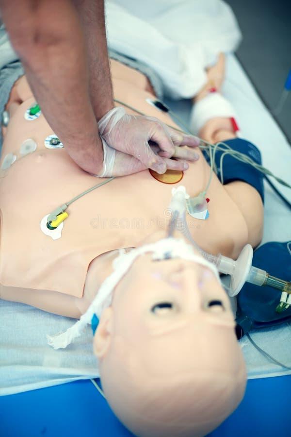 Plan rapproché de formation de CPR Qualifications médicales de pratique sur un simulacre médical Éducation médicale Technologie m photo libre de droits