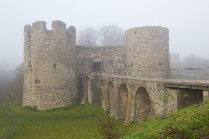 Plan rapproché de forteresse de Koporye, brouillard d'automne de matin Région de Léningrad, Russie photographie stock