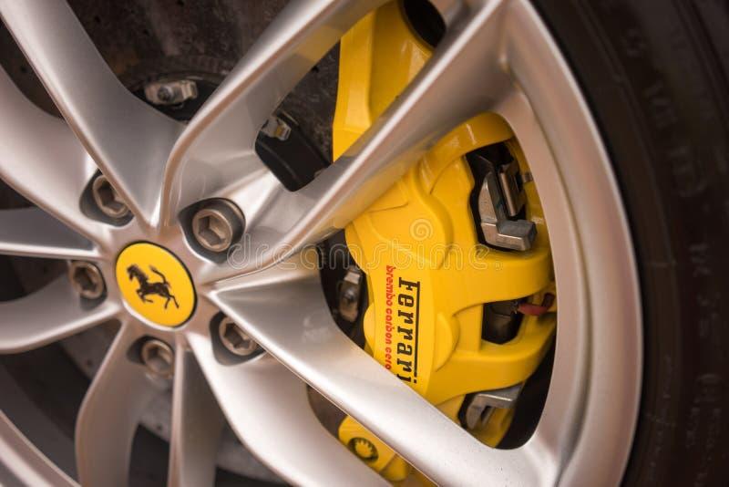 Plan rapproché de frein à disque de voiture de sport de Ferrari photographie stock libre de droits