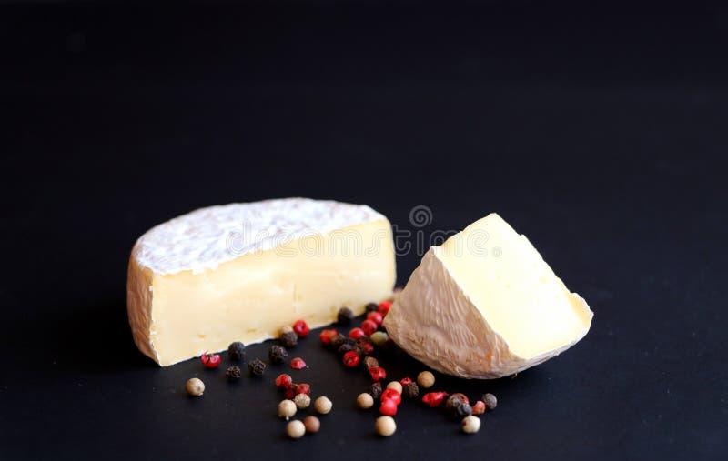 Plan rapproché de fromage de camembert sur le fond noir image libre de droits