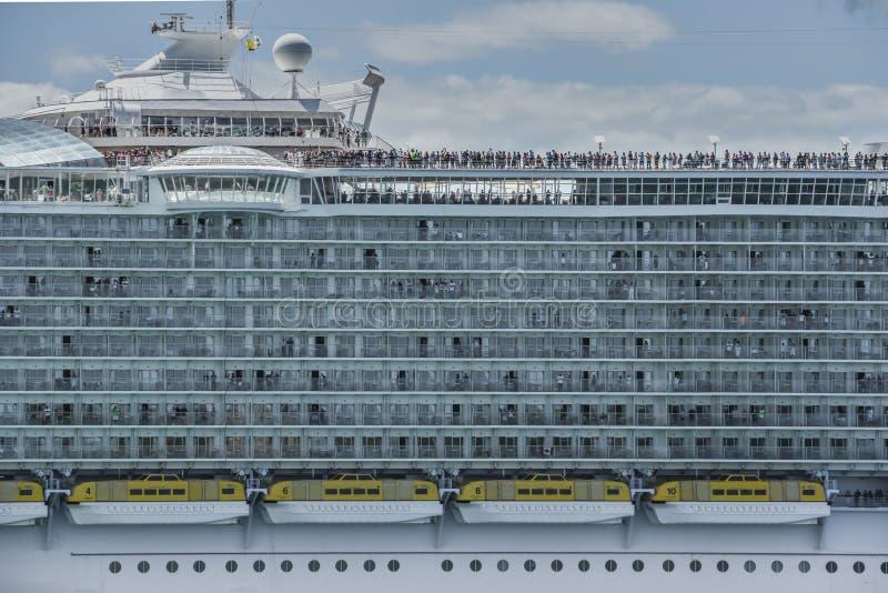 Plan rapproché de grand bateau de croisière avec des touristes au Porto Rico photographie stock libre de droits