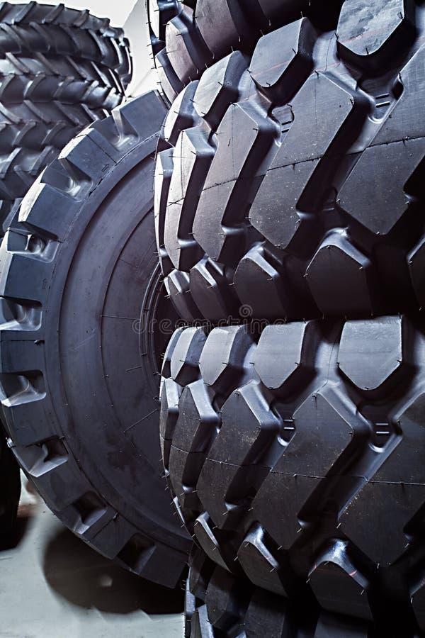 Plan rapproché de grands pneus pour de grands camions et véhicules résistants images libres de droits