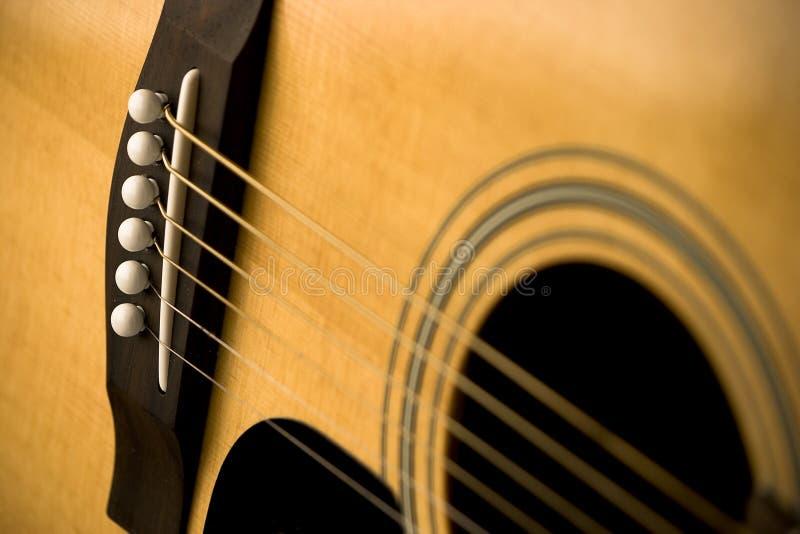 Plan rapproché de guitare acoustique et de chaînes de caractères images stock