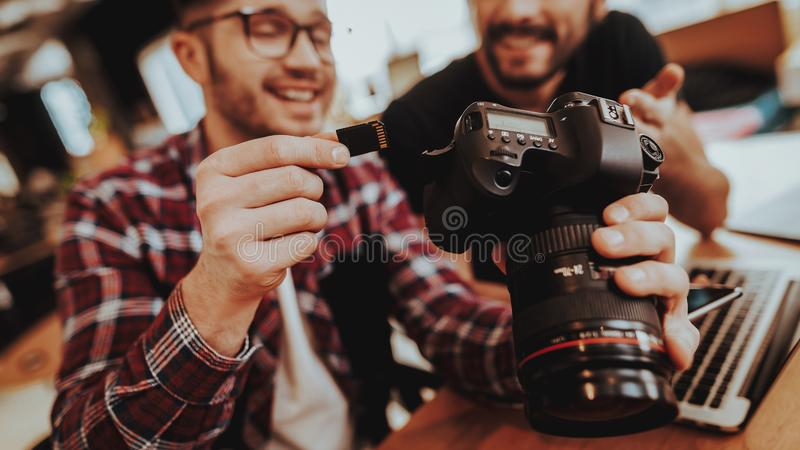 Plan rapproché de Guy Insert de sourire Carte SD in camera photos stock