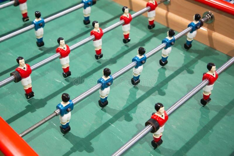 Plan rapproché de jeu de football du football de Tableau sur le pied vert de bébé de champ images libres de droits