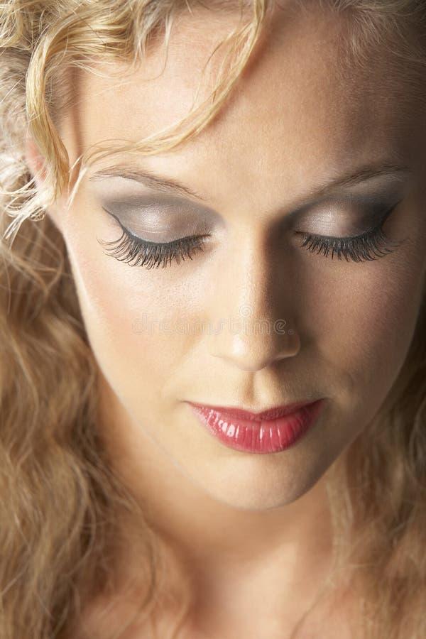 Plan rapproché de jeune femme avec les yeux fermés photographie stock libre de droits