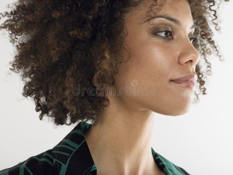 Plan rapproché de jeune femme d'Afro images stock