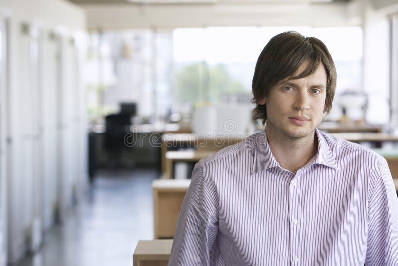Plan rapproché de jeune homme d'affaires image stock