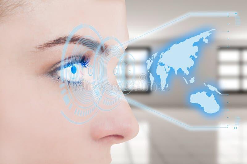 Plan rapproché de jeune oeil femelle avec l'hologramme numérique photo stock