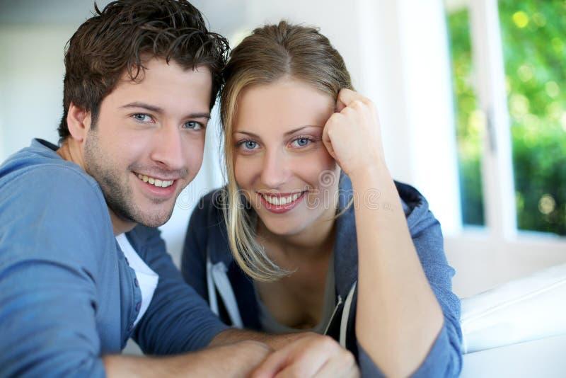 Plan rapproché de jeunes couples à la mode à la maison photographie stock libre de droits