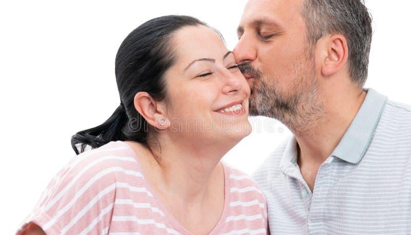 Plan rapproché de joue de baiser de femme de l'homme images libres de droits