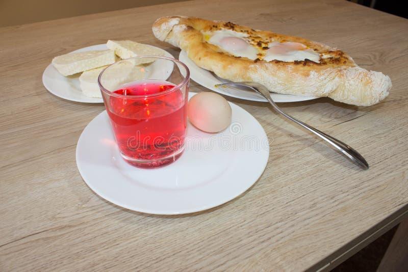 Plan rapproché de khachapuri d'Adjarian Ce plat géorgien traditionnel contient brinsen le fromage, le beurre et l'oeuf de rangée photos libres de droits