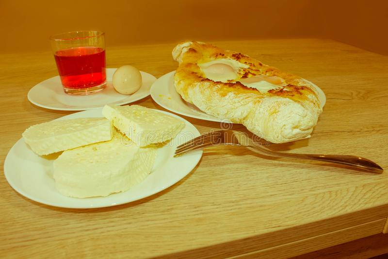 Plan rapproché de khachapuri d'Adjarian Cette escroquerie géorgienne traditionnelle de plat photo libre de droits