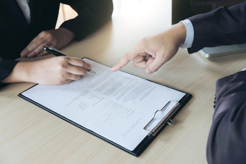 Plan rapproché de l'écriture de demandeur de femme sous la forme de résumé, comple de personne photo libre de droits