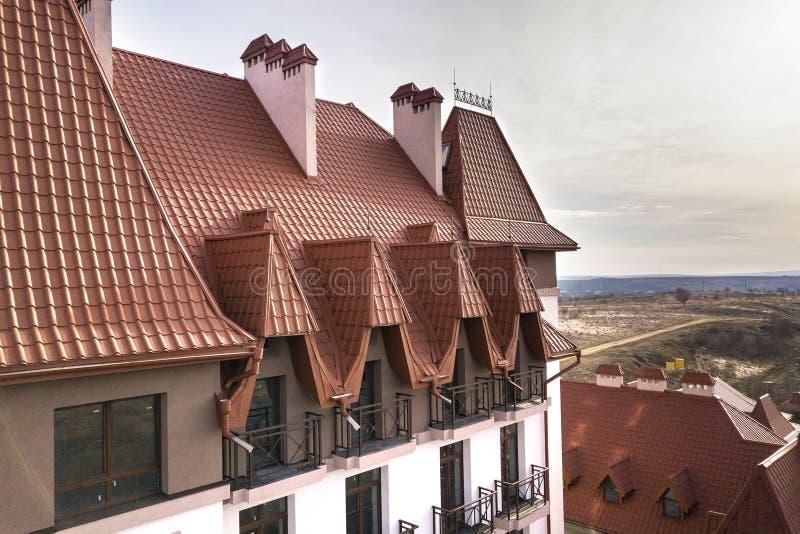 Plan rapproché de l'extérieur de construction de façade avec le mur de stuc, les balustrades de balcon de fonte, le toit raide de photo libre de droits