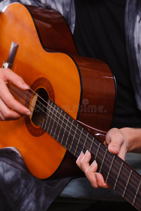 Plan rapproché de l'homme jouant la guitare acoustique photos libres de droits