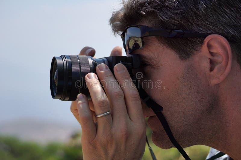 Plan rapproché de l'homme prenant une photographie photo libre de droits